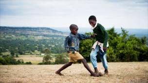 Играющие мальчики в Килгорисе, Кения. Мэтью Гиллули