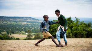 Anak-anak bermain di Kilgoris, Kenya karya Matthew Gillooley