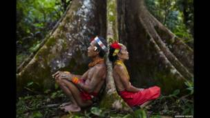 Xamãs descansando após caçar, Siberut Island, Sumatra Ocidental, Indonésia.  Andrew Newey