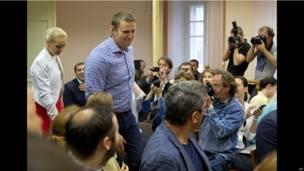 Алексей Навальный и его жена Юлия входят в зал суда.