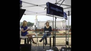 Koox weriyayaal ah oo ka tirsan telefishanka CNN oo jooga bannaanka qasriga Buckingham