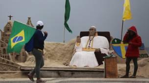 Papa de arena en la playa de Copacabana