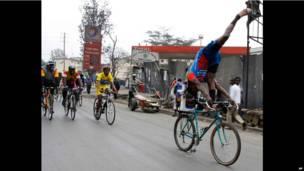 Un cycliste faisant une acrobatie sur son vélo à Nairobi. Dimanche 21 juillet. Photo AP