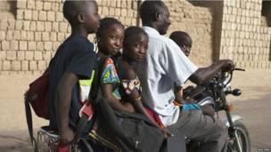 Un habitant de Tombouktou transportant ses quatre enfants sur sa motocyclette. Jeudi 25 juillet 2013. Photo Reuters.
