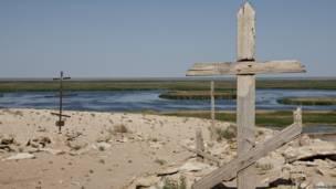 सुडोकी झील के किनारे बना उर्गा का रूसी कब्रिस्तान