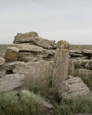 उस्टीयर्ट के पठार पर स्थित कजाख का कब्रगाह