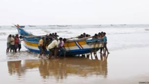 ஆந்திராவில் கடலில் இருந்து திரும்பும் மீனவர்கள்
