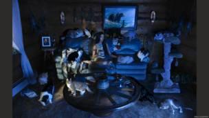 Artista canadense Dina Goldstein recriou protagonistas de contos infantis, como Branca de Neve e Rapunzel, em cenas do cotidiano.