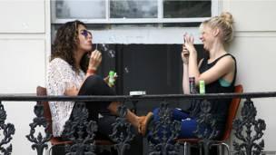 Девушки на балконе.