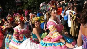 Танец на карнавале.