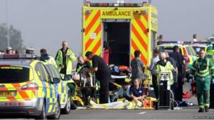 ब्रिटेन में एक क्रॉसिंग पर 130 से ज़्यादा गाड़ियाँ आपस में टकरा गईं. इस हादसे में दर्जनों लोग घायल हो गए.
