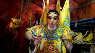 थाईलैंड के घुमक्कड़ थियेटर समूह का कलाकार.