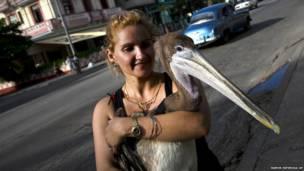क्यूबा की मागेला गुरेरो अपने पेलिकन पक्षी के साथ