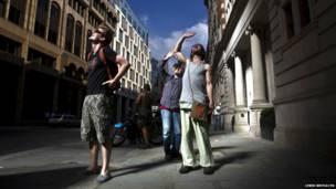 मध्य लंदन की वॉकी-टॉकी इमारत की ओर देखते लोग.