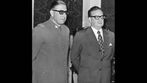 Pinochet junto a Allende el 23 de agosto de 1973. AFP