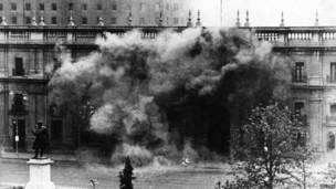 11 सितंबर 1973 को सैन्य तख्तापलट के दौरान चिली के राष्ट्रपति भवन ला मोनेडा का हिस्सा आग के लपेटे में.
