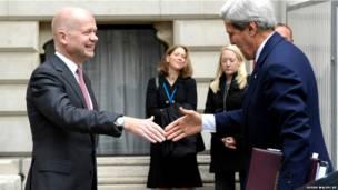 ब्रितानी विदेश मंत्री विलियम हेग(बाँए) और अमरीकी विदेश मंत्री जॉन केरी