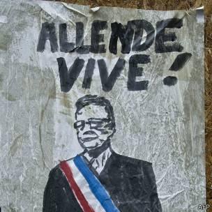 Cartel que dice Allende Vive
