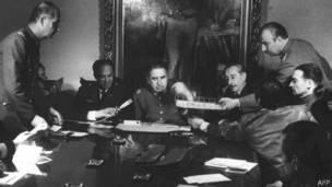 Augusto Pinochet con sus militares, días después del golpe