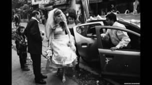 एंग्लो इंडियन दुल्हन शादी के लिए चर्च आती हुई