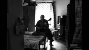 क्लाइव मेहर गिटार बजाते हुए. अरिंदम मुखर्जी