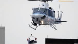 Un helicóptero traslada a un herido