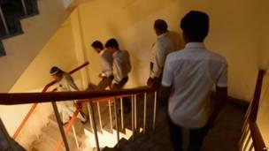 Empleados de una oficina en Karachi, Pakistán, fueron evacuados del edificio después del terremoto el 24 de septiembre de 2013..