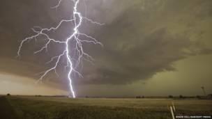 O americano Roger Hill percorreu milhares de quilômetros em busca de fenômenos climáticos extremos nos Estados Unidos.
