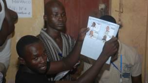 Des agents électoraux participants au dépouillement des législatives dans un  bureau de vote à Conakry. 28 09 2013 Photo AP