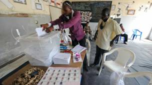 Un expatrié guinéen votant à Dakar pour les premières législatives dans son pays depuis 2002. 28 09 2013 Photo AFP
