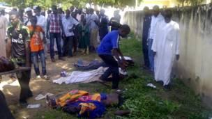 Cette photo prise avec un téléphone portable montre des personnes venues identifiées les victimes de l'attaque d'un collège agricole à Gujba, au Nigeria, une attaque qui a fait plus de 40 morts. 29 090 2013 Photo AP
