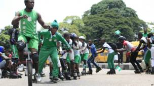 Des jeunes en patins à roulettes célébrant le 53e anniversaire de l'indépendance à Lagos. 01.10.2013 Photo AP