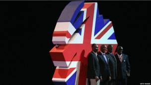 Des délégués ghanéens se faisant prendre en photo devant le logo du parti conservateur britannique à Manchester. Mercredi 2 octobre 2013
