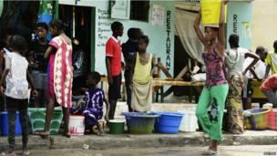 Une sénégalaise faisant la queue avec des récipients pour faire des provisions d'eau. 27 septembre 2013 Photo Reuters