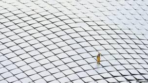 新加坡工匠檢查屋頂