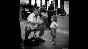 西班牙街頭樂手為孩子演奏