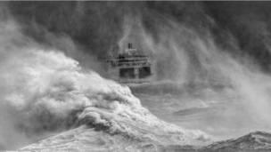 ایک کشتی مشرقی سیسکس کی نیو ہیون بندرگاہ سے سمندری طوفان کی طرف جا رہی ہے۔