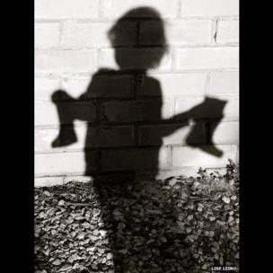 Sombra de una niña con botas