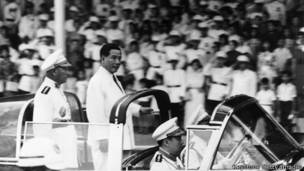 Ông Ngô Đình Diệm duyệt đội lính nhân một dịp kỷ niệm ngày lập quốc ở miền nam