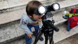Niño mirando el eclipse