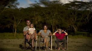 Familia disfruta del eclipse