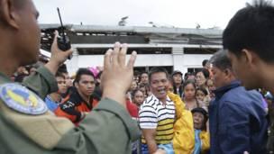 Petugas menahan warga yang ingin naik pesawat militer
