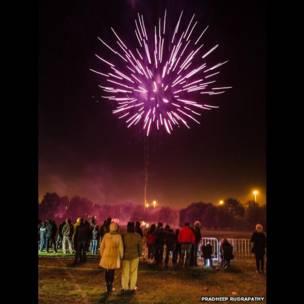 Pessoas vendo fogos de artifício