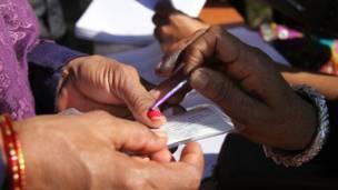 धरानमा मतदाताको हातमा संकेत मसी लगाइंदै