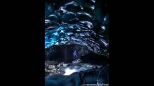Внутренность ледяной пещеры. ALEX BRADBURY/CATERS NEWS