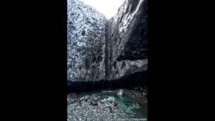 Вход ледяной пещеры и водопад. ALEX BRADBURY/CATERS NEWS