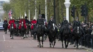 Гвардейцы сопровождают лафет с землей по улицам Лондона.