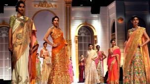 अंबे वैली इंडिया ब्राइडल फ़ैशन वीक में रैंपर चलतीं मॉडल