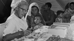 Una médica belga receta medicina a un niño en el campamento temporal Wadi Dleil