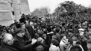 Горбачев обращается к толпе в Ленинакане